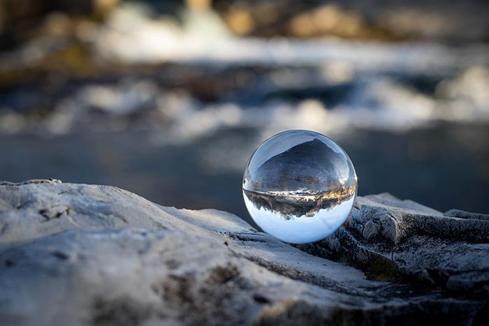 Boule de cristal avec rivière
